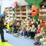Zdjęcie zbiorowe. Dzieci słuchają opowieści prowadzącego.