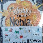 """Zawinięta w folię książka """"Jak zdobyć Nagrodę Nobla"""". Na okładce książki kartka z napisem """"Brawo! Znaleziona!"""""""