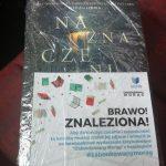 """Książka """"Naznaczeni"""" z kartką """"Brawo! Znaleziona!"""""""