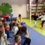 Dzieci i wychowawca oglądają występ pary przed nimi