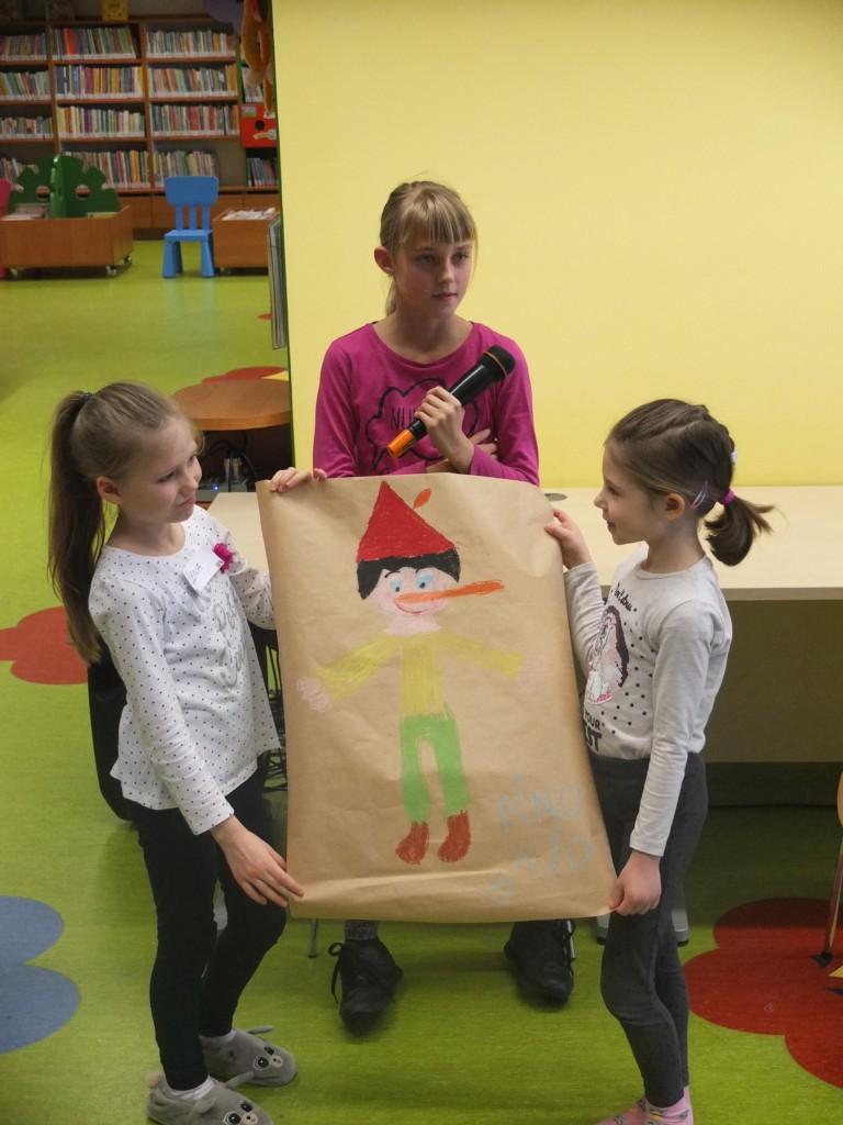 Dzieci pokazują rysunek