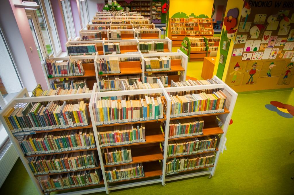 wolnostojące regały z książkami