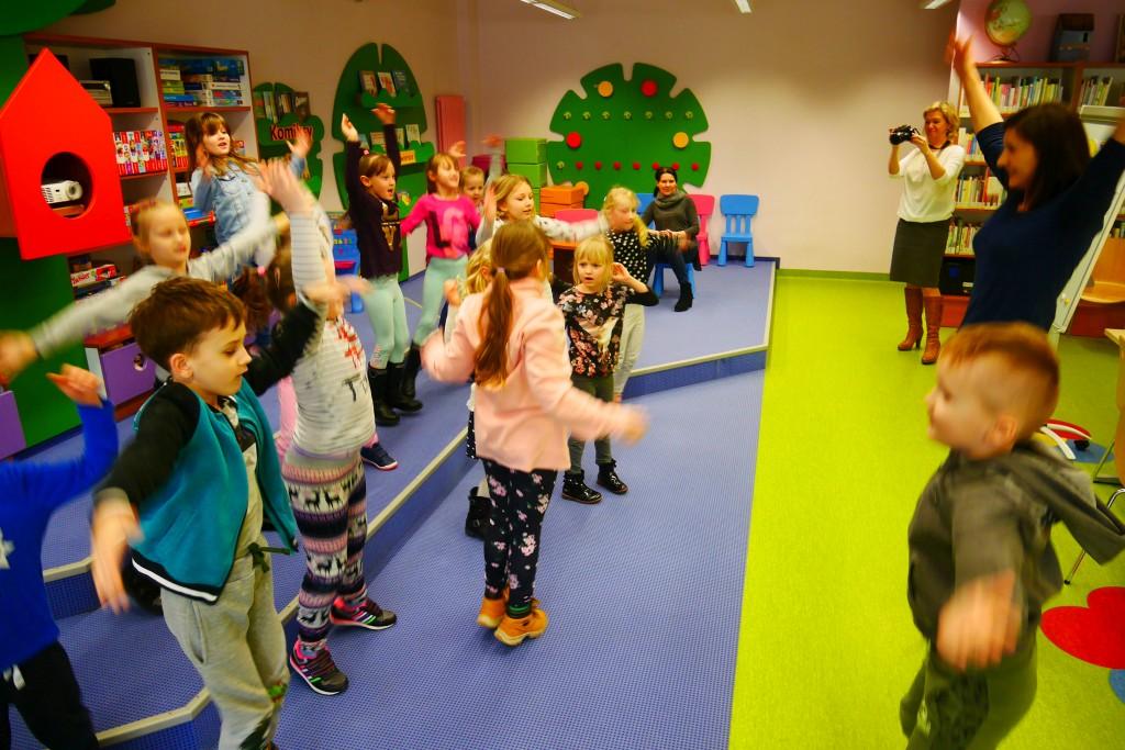 Ćwiczenia ruchowe - dzieci podskakują i wymachiwują rękami