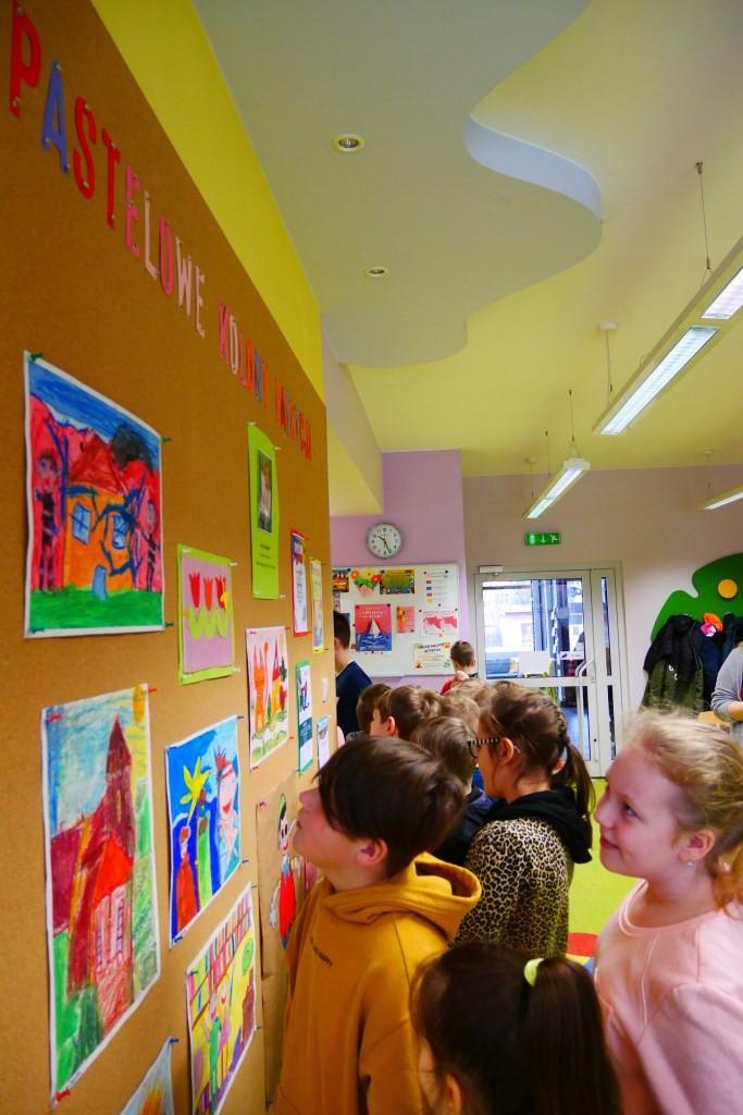 Dzieci oglądają wystawę