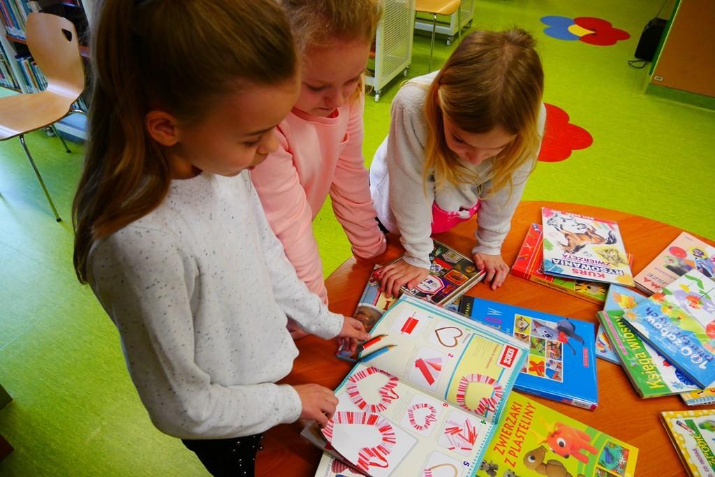 Dzieci przeglądają książki o malarstwie