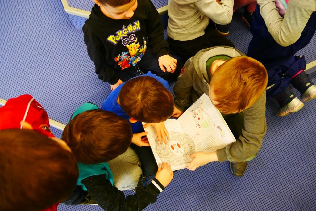Dzieci oglądają książkę
