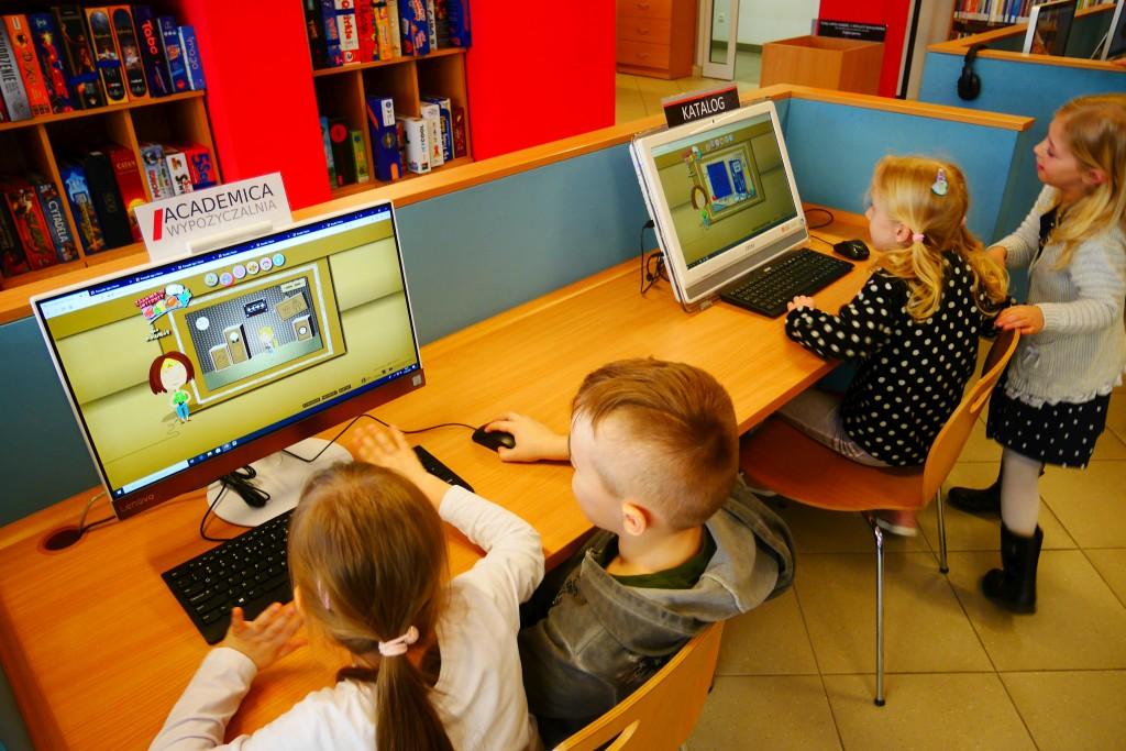 Czworo dzieci pracuje przy dwóch komputerach