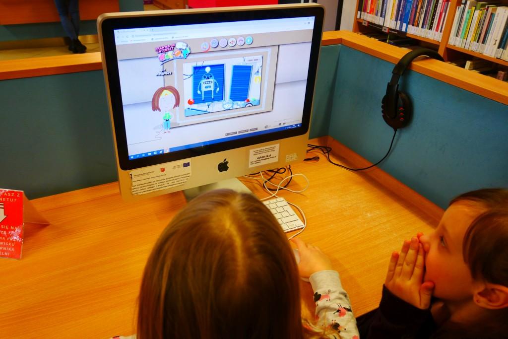 Dwoje dzieci pracuje na komputerze