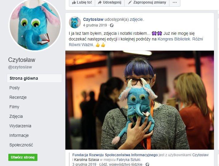 Screen z profilu Czytosława na Facebooku przedstawiający pracownika z maskotką podczas Kongresu Bibliotek