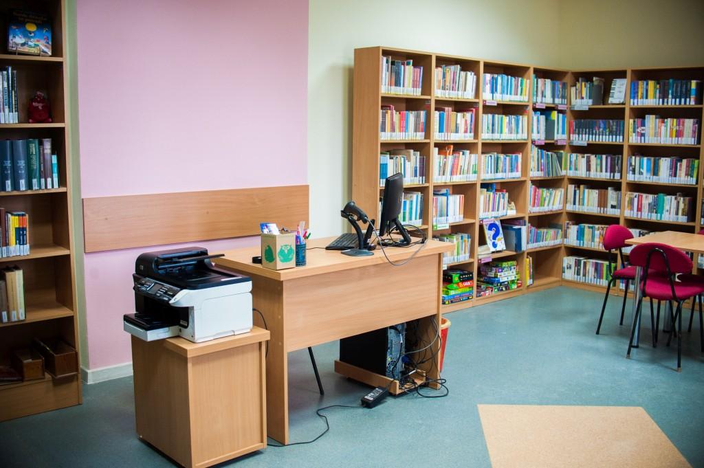 Lada biblioteczna wraz z komputerem, obok drukarka