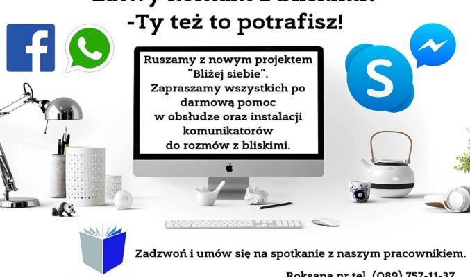 """Plakat projektu """"Bliżej siebie"""", na plakacie biurko z komputerem, wokół ikony programów-komunikatorów"""