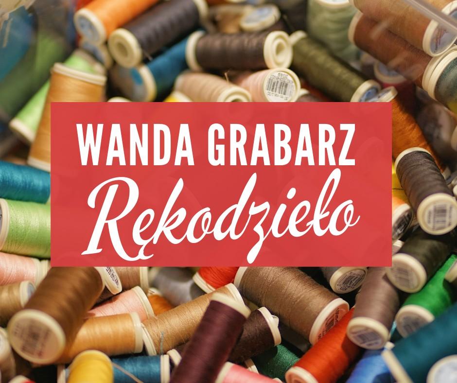 """Plakat wystawy Wandy Grabarz """"Rękodzieło"""", w tle szpule kolorowych nici"""