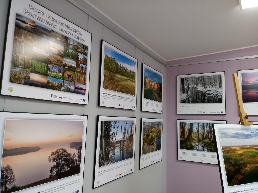 Plansze na ścianie z fotografiami Parku Krajobrazowego Pojezierza Iławskiego