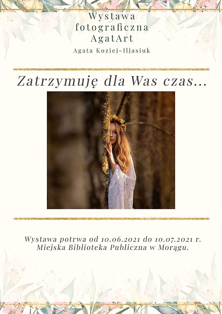 """Plakat wystawy fotograficznej AgatArt Agaty Koziej-Ilasiuk """"Zatrzymuję dla Was czas..."""", na plakacie dziewczyna w białym koronkowym stroju i wianku na głowie spogląda zza drzewa"""
