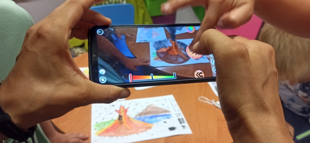 Aplikacja w smartfonie robi zdjęcia prac plastycznych ułożonych na stole